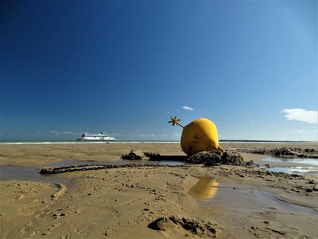 La balise jaune étoilée délimitant Blériot Plage et Sangatte.