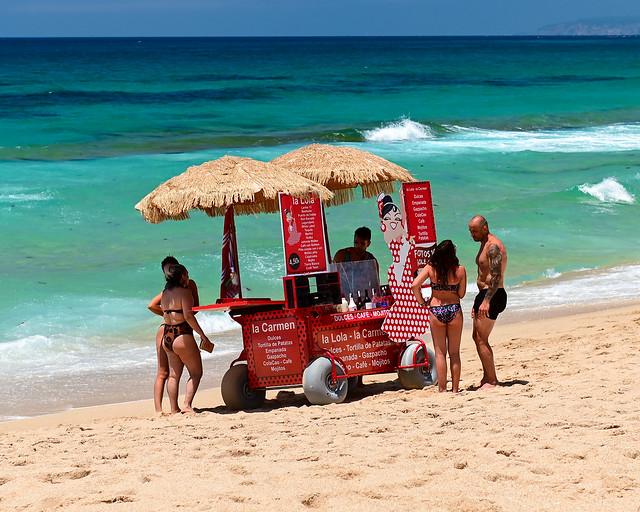 Playa con chiringuito en Cádiz
