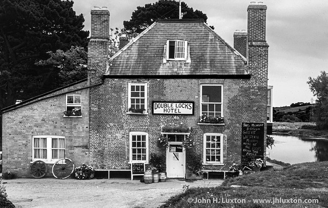 CAN0025_bw - Exeter Canal - Double Locks Hotel - 1984