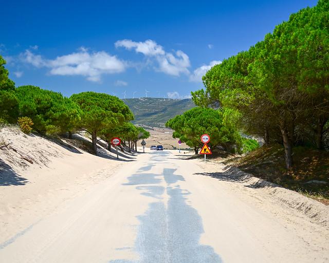 Carreteras llenas de arena en la duna de Valdevaqueros