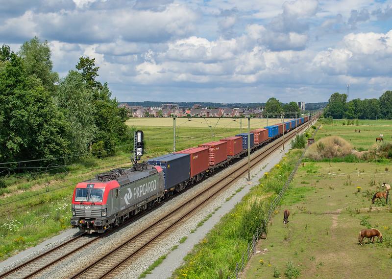 PKP EU46-513 (193 513) + containertrein, Elst, 07-07-2020