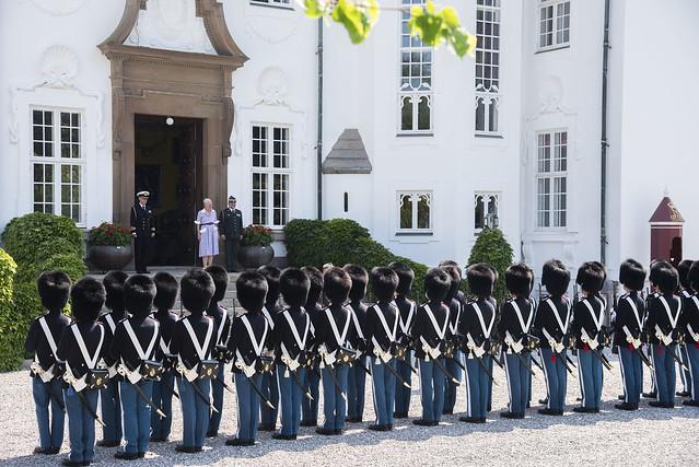 Koningin Margrethe van Denemarken neemt Horlogeparade Koninklijke Lijfgarde af en reikt onderscheiding uit (2020)