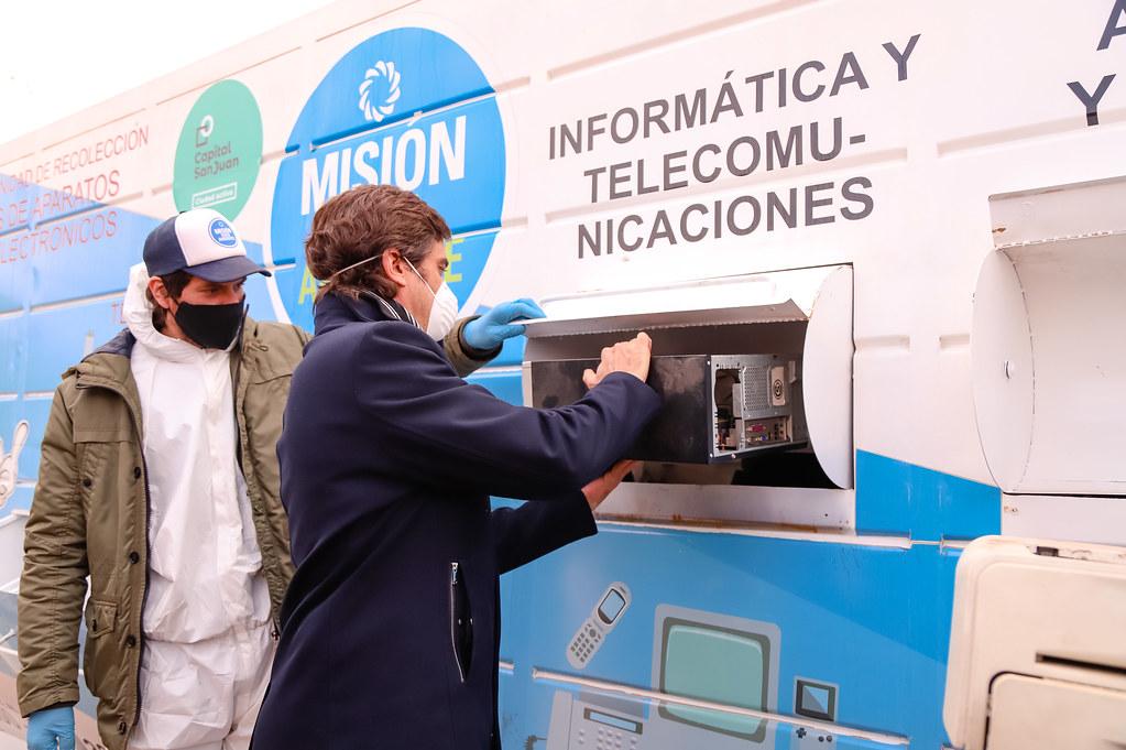 2020-07-07 Visita del intendente al contenedor de residuos tecnológicos