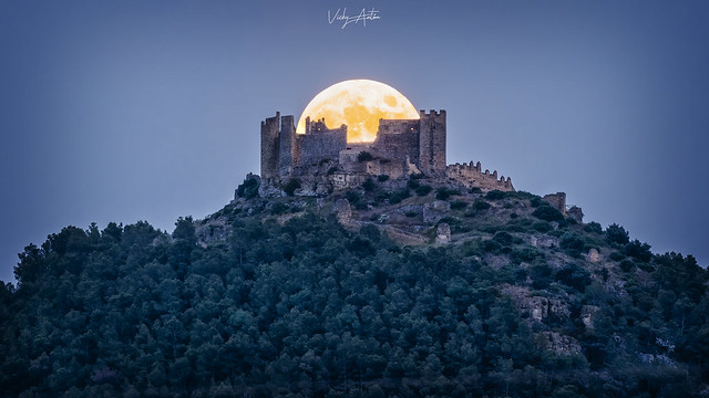 Salida de luna al 98% sobre el Castell de Alcalá de Xivert en Castellón .