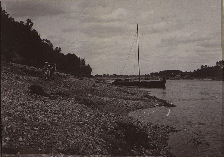 08. Корабль на воде у берега