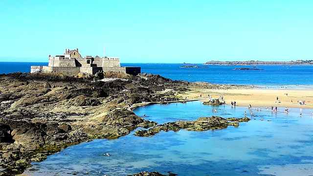 Saint-Malo. La plage et le Fort National.