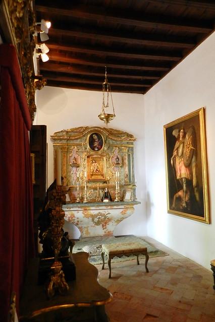 retablo y altar capilla interior Palacio de Viana Cordoba