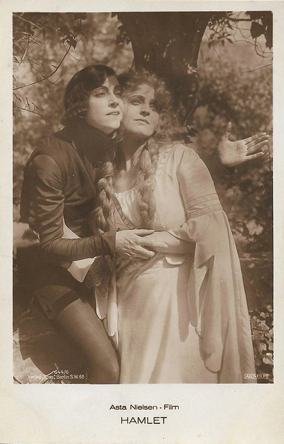 Asta Nielsen and Lilly Jacobsson in Hamlet (1921)