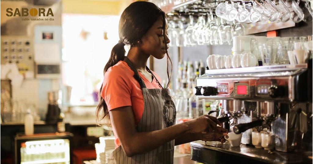 Muller facendo café en cafeteira  espresso