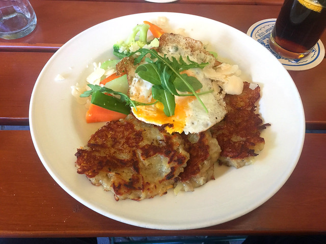Potato pancake with vegetables & fried egg / Reiberdatschi mit Buttergemüse & Spiegelei