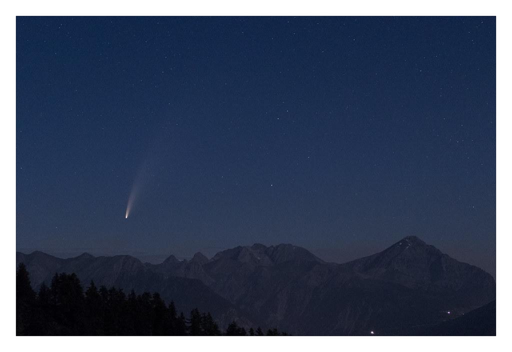 Lever de la comète NEOWISE au-dessus de la crête de la Grande Peyrolle