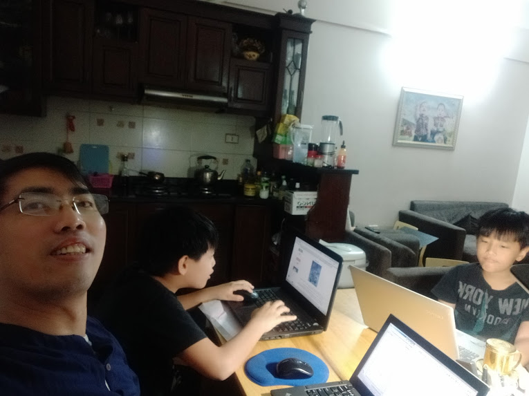 3 bố con cùng học online