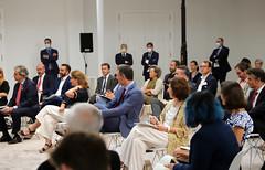 Pedro Sanchez entre los/as oyentes y el alcalde Abascal detrás