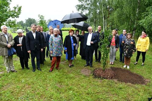 10.07.2020. Valsts prezidents Egils Levits apmeklē Likteņdārzu, kur iestāda veltījuma ozolu
