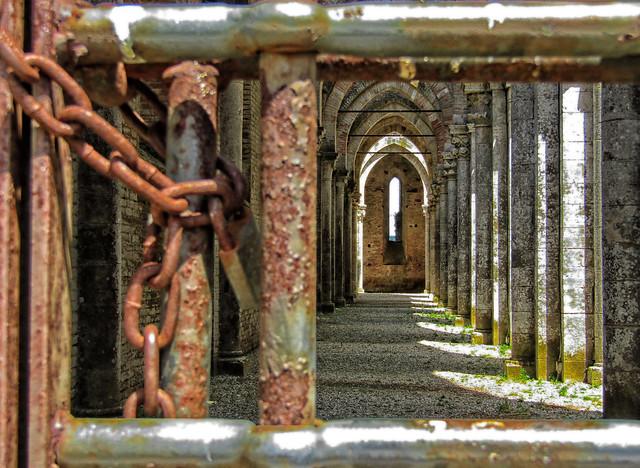 Uno sguardo oltre il cancello...