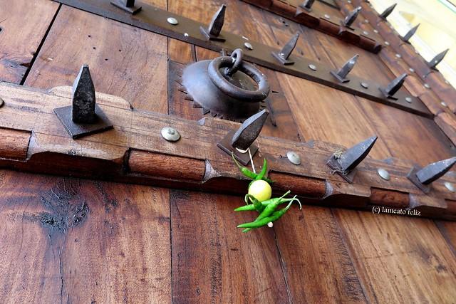 Amuleto contra el mal de ojo  en la puerta del taller de  Alfombras.Jaipur