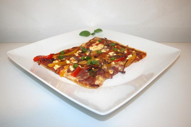 19 - Bell pepper onion pizza with salami & feta - Seitenansicht / Paprika-Zwiebel-Pizza mit Salami & Feta - Seitenansicht