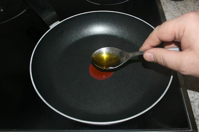 03 - Öl in Pfanne erhitzen / Heat oil in pan