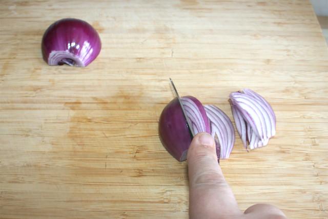 02 - Rote Zwiebel in Spalten schneiden / Cut red onion in wedges