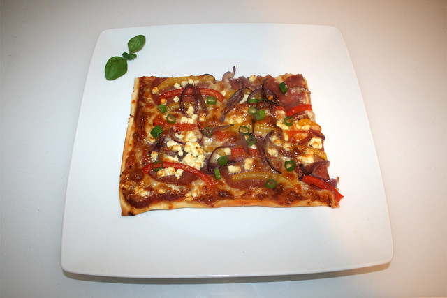 18 - Bell pepper onion pizza with salami & feta - Served / Paprika-Zwiebel-Pizza mit Salami & Feta - Serviert