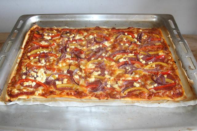17 - Bell pepper onion pizza with salami & feta - Finished baking / Paprika-Zwiebel-Pizza mit Salami & Feta - Fertig gebacken