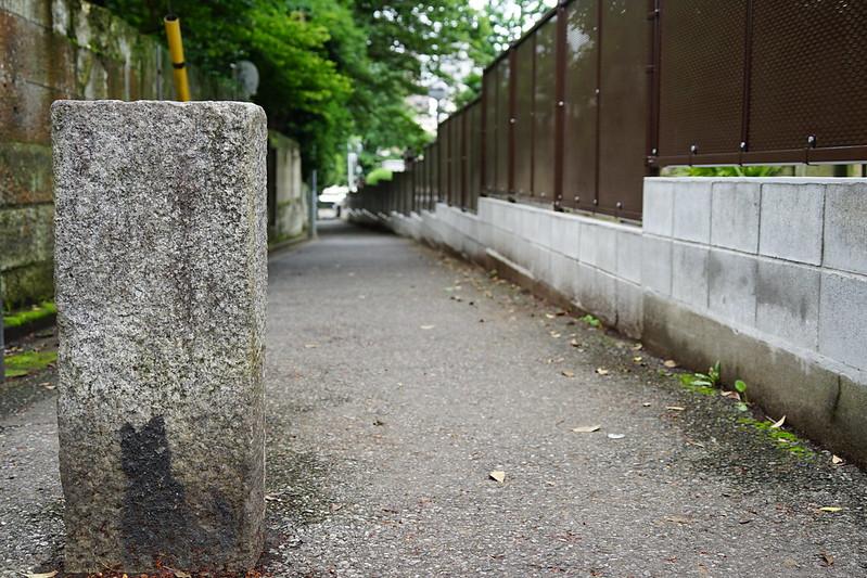 Sony α7Ⅱ+TAMRON 28 200mm f2 8 5 6 RXD南池袋威光稲荷神社前の猫の道標