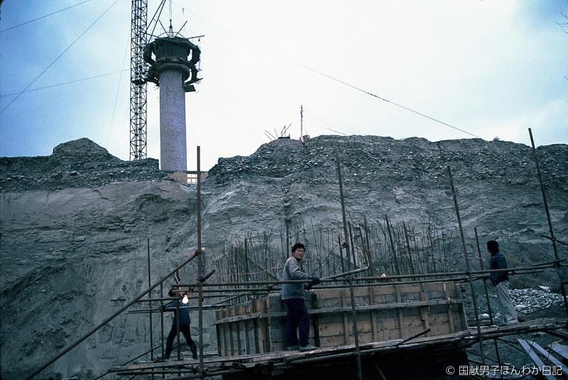 1988年キジル千仏洞修復保存で建設中の飯場と配水塔(撮影:筆者)