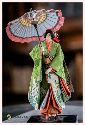 着物を着て和傘をさす女性 | 紙人形作家、故「荻原敏子」氏の作品
