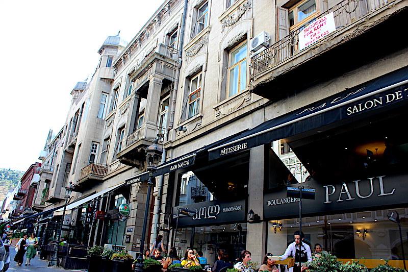 Улица Табидзе на сегодня туристическая Мекка. Доходный дом А.Манташева