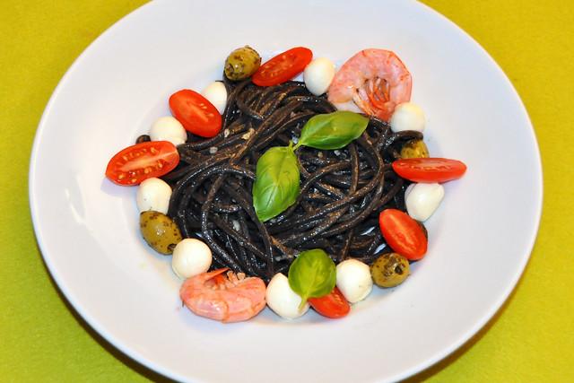 Juli 2020 ... Tagliatelle schwarz, vegetarisch, bunt garniert ... Brigitte Stolle