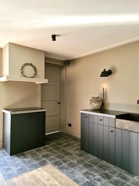 Landelijke antracietkleurige keuken met grijze tegelvloer