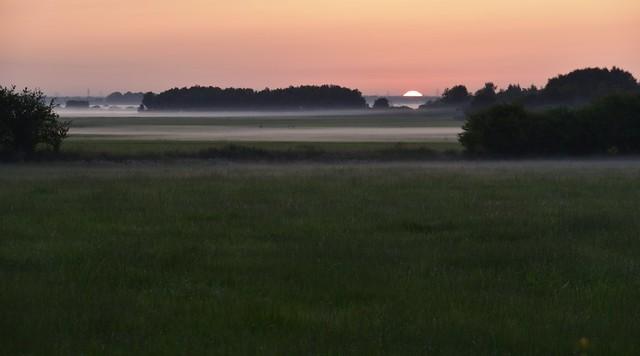 Morgens früh mit dem Rad auf dem Weg zur Arbeit - Sonnenaufgang über den Nebeln in der Sorge-Niederung; Wohlde, Stapelholm (10)