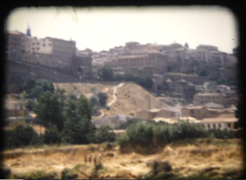 Vista de la zona de la Puerta del Sol. Fotograma de un vídeo de toledanos bañándose en el río Tajo en Toledo (Playa de Safont) hacia 1970