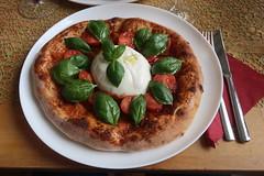 Pizza mit Tomaten, Burrata und Basilikum (meine)