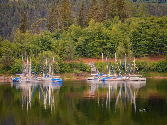Boote im See mit Spiegelungen