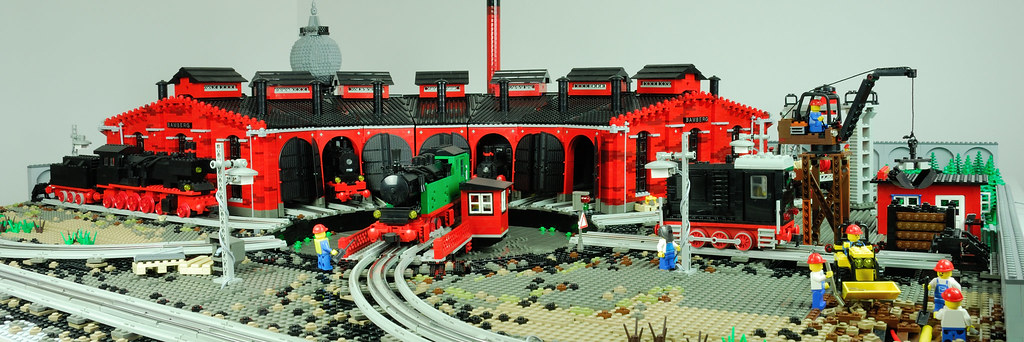 LEGO 12 V Roundhouse – front paranorama view