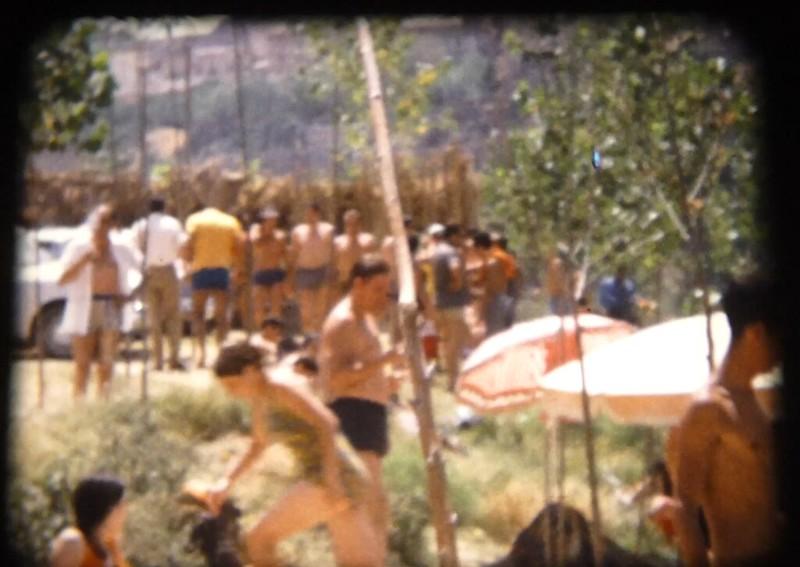 Toledanos bañándose en el río Tajo en Toledo (Playa de Safont) hacia 1970