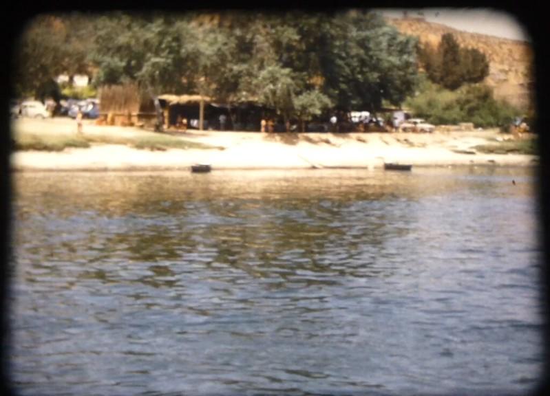 Gangos en la orilla y toledanos bañándose en el río Tajo en Toledo (Playa de Safont) hacia 1970