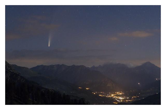 La comète NEOWISE et les lumières de Briançon