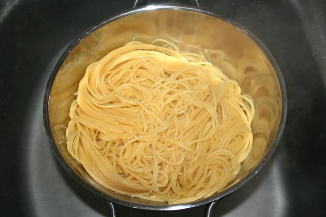17 - Drain noodles / Nudeln abtropfen lassen