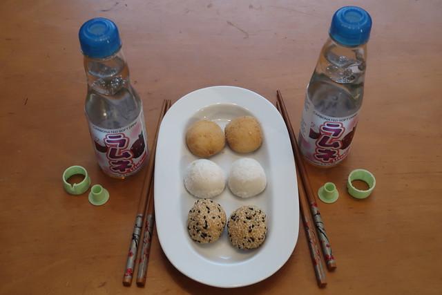 Ramune Litschi und Mochi mit mit Erdnuss-, Sesam- und Bohnenfüllung