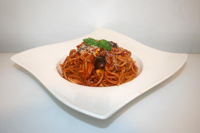 21 - Spaghetti in mincemeat tomato sauce with corn & beans - Side view / Spaghetti in Hackfleisch-Tomatensauce mit Bohnen & Mais - Seitenansicht