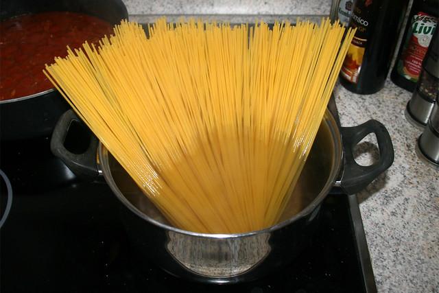 14 - Cook spaghetti / Spaghetti kochen