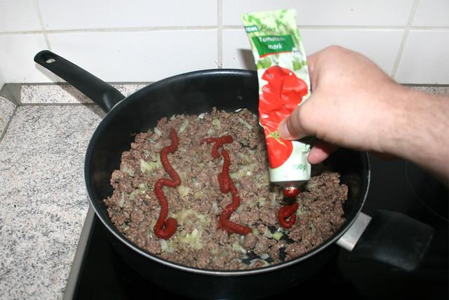 05 - Add tomato puree / Tomatenmark hinzufügen