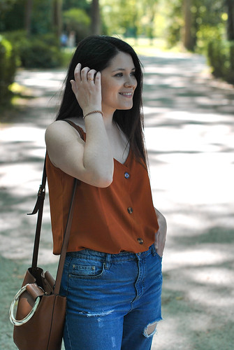 20200712-OUTFIT-BLUSA-ABOTONADA-PANTALONES-MOM-FIT-07 | by Lucia Gallego Blog