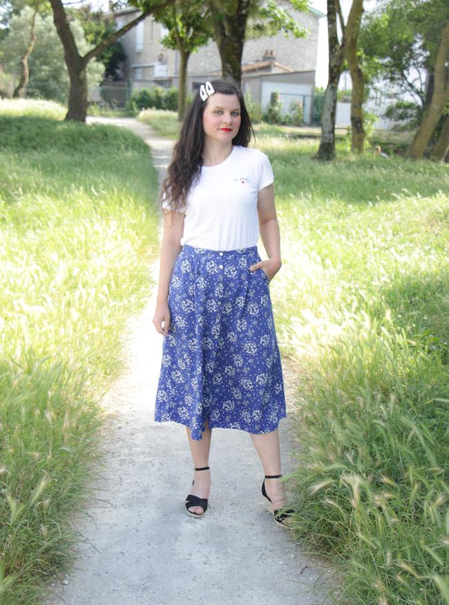 Look t-shirt blanc, jupe longue bleue et sandales compensés