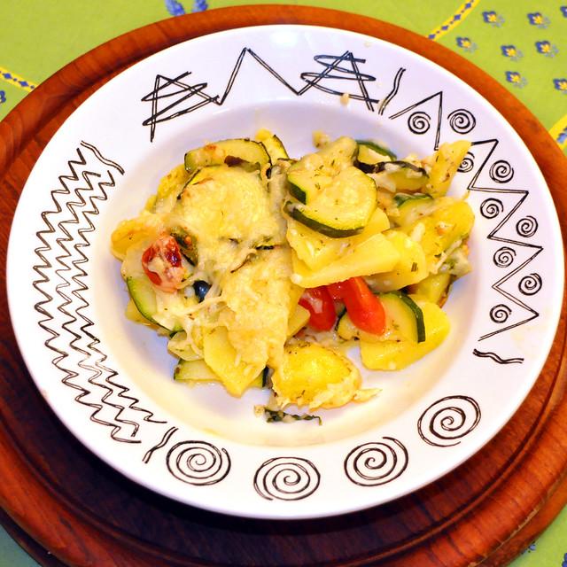 Juli 2020 ... Vegetarischer Kartoffel-Zucchini-Gratin mit Oliven und Tomaten garniert und mit Käse goldgelb überbacken ... Brigitte Stolle