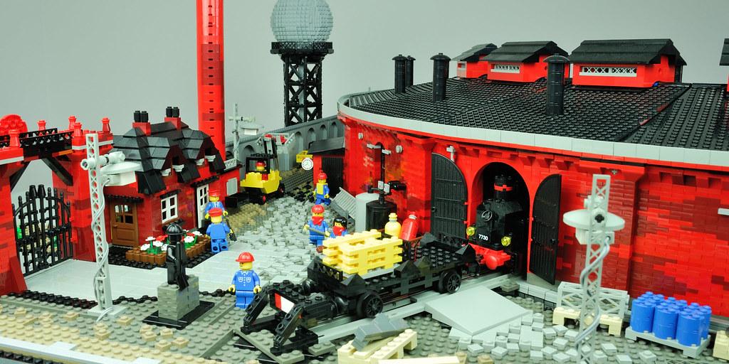 LEGO 12 V Roundhouse – backyard and street entrance