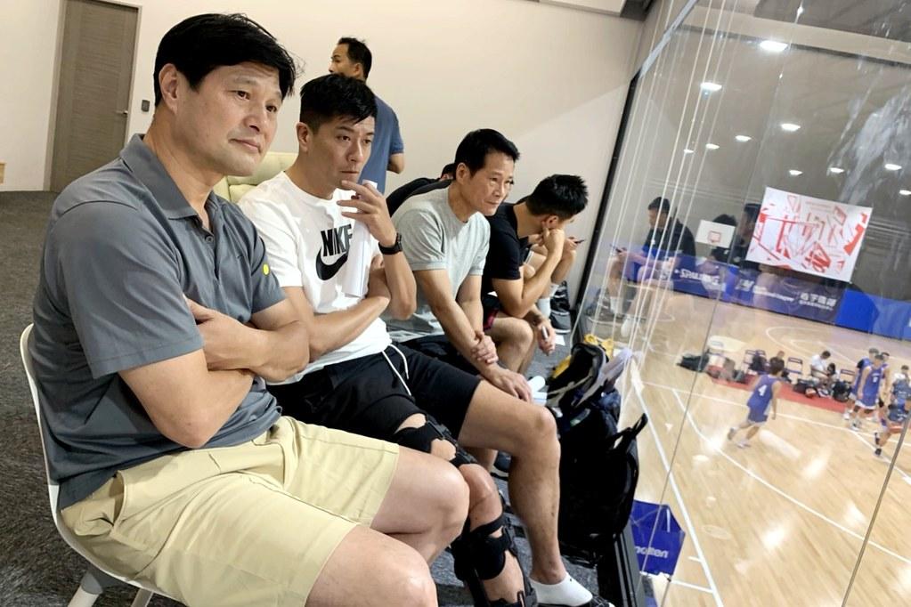 裕隆教練團觀看SBL新人選秀測試會。(倪芝蓉攝)