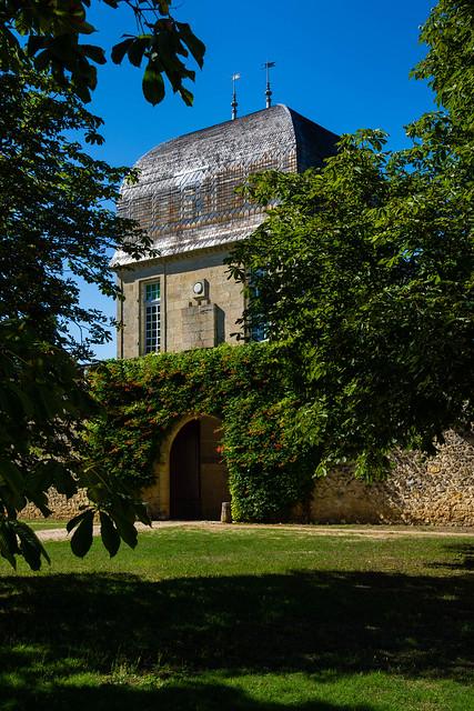 Tour accès à la cour intérieure du château de Sales à Pomerol...